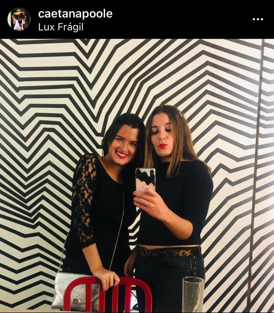Girls in the mirror at a nightclub. Black and white. Lux Frágil