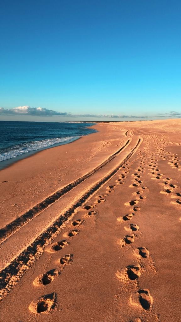 Praia comprida e mar azul
